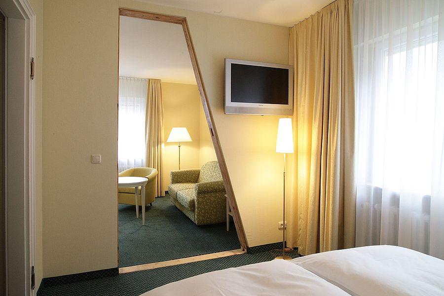 großzügige familienzimmer in tübingen | hotel krone, Wohnzimmer